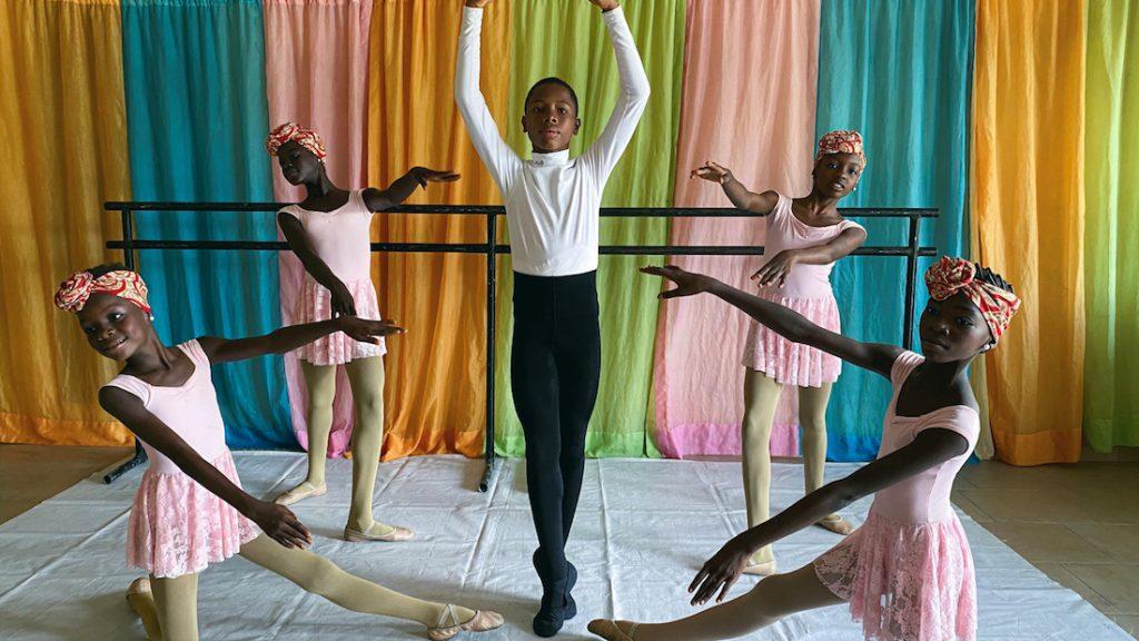 Dansende jongen uit Nigeria krijgt studiebeurs bij balletschool nadat hij viral ging