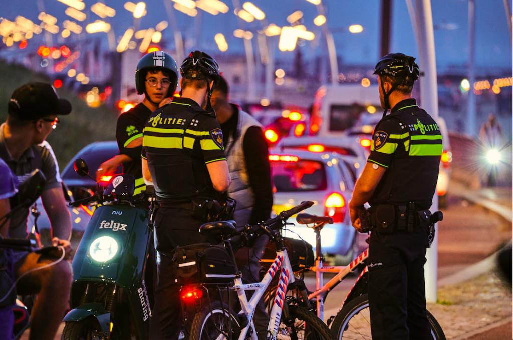 In de nacht van woensdag op donderdag was het onrustig in de Haagse schilderswijk. De ME voerde enkele charges uit.