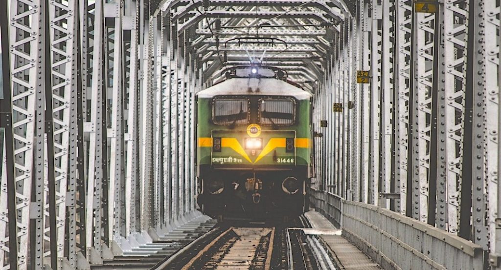 Agent redt man van aanstormende trein