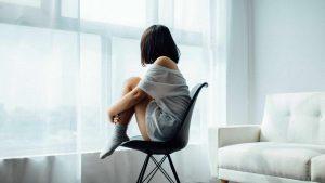 autisme vrouw verdrietig staren raam