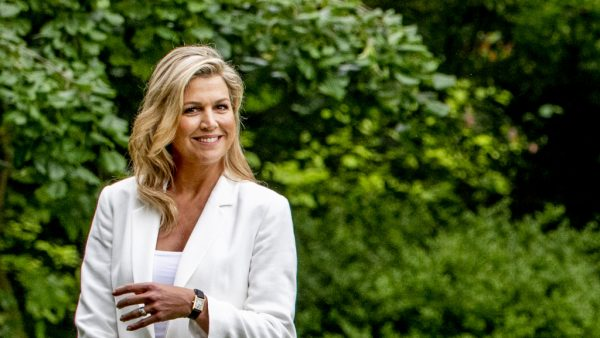 koningin Maxima in de tuin van Paleis Huis ten Bosch tijdens de traditionele fotosessie aan het begin van de zomervakantie.