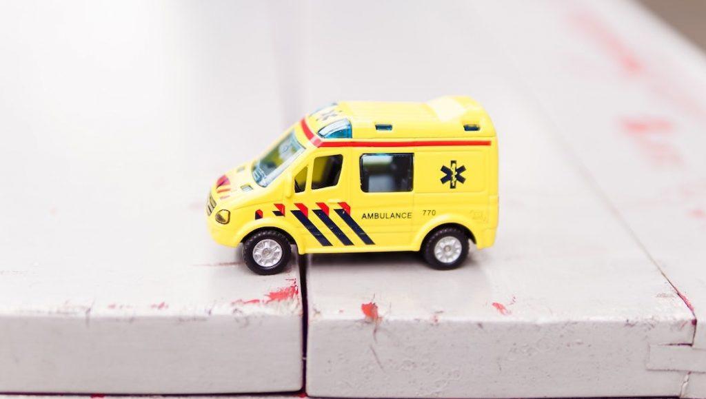 Alarmnummer op speelgoedambulance