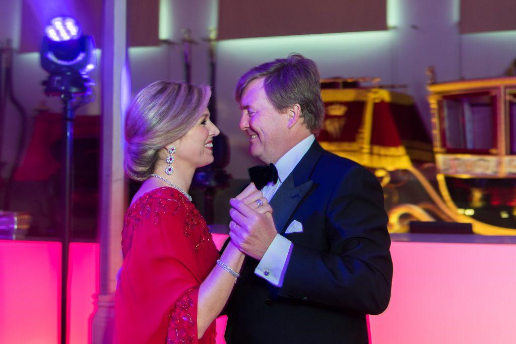Een gouden keeltje en swingende heupen: muzikale Máxima staat ook tijdens familiemomenten op het podium