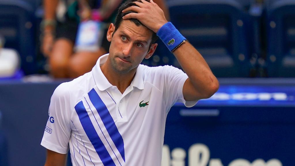 Djokovic slaat uit frustratie bal tegen lijnrechter, tennisser gediskwalificeerd op US Open