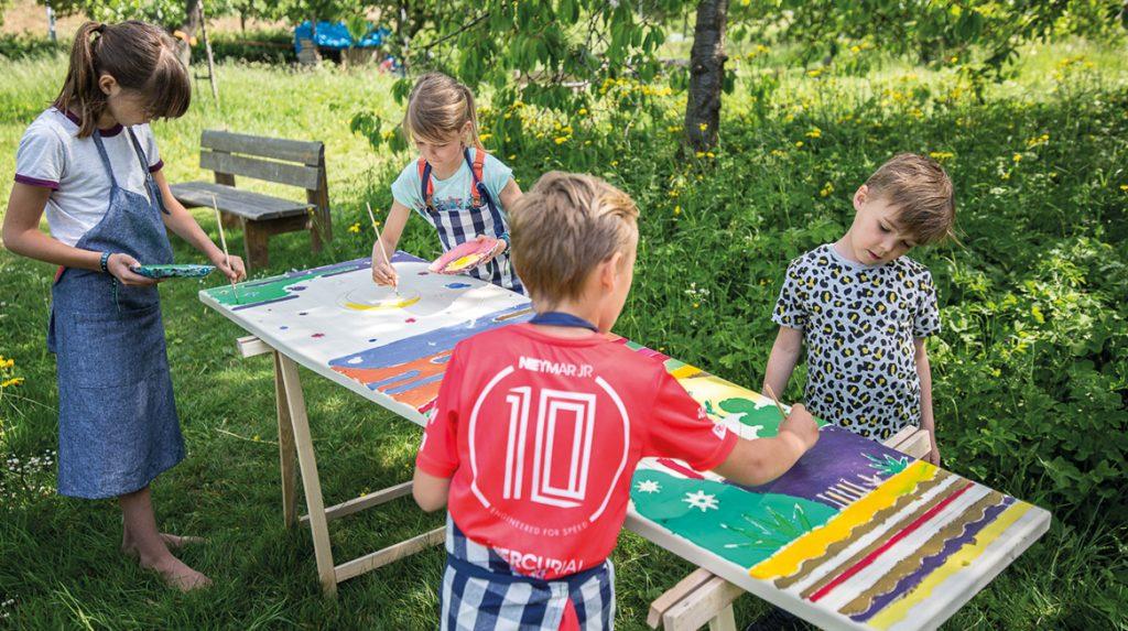 Van kist tot kunstwerk- Florien (33) maakt uitvaartkisten met een kleurplaat