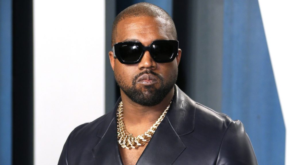 Kanye West krijgt injecties in hand na te veel telefoongebruik
