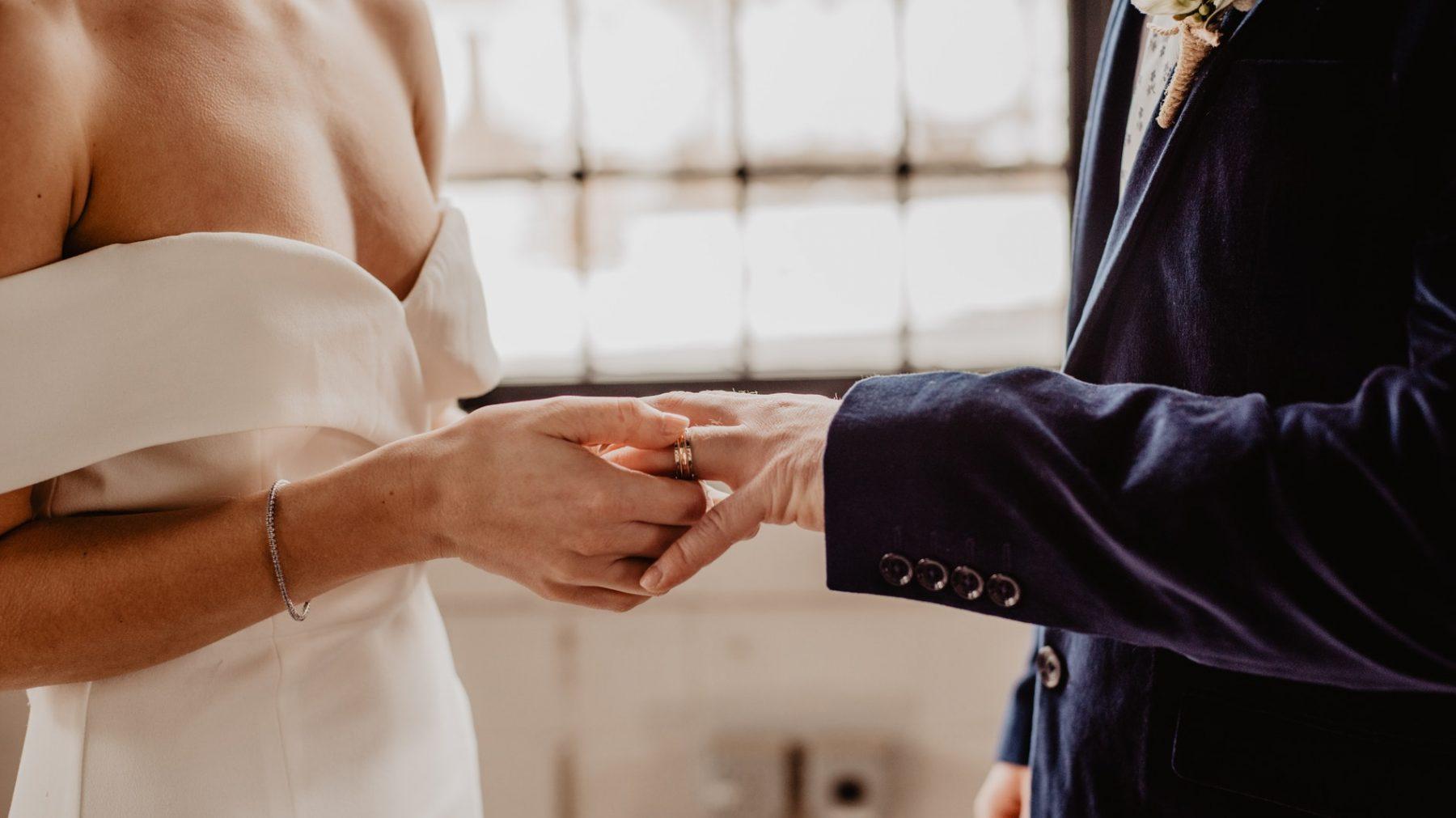 Ellen Sam prikte haar eigen trouwdatum: 'Heb je iets op 29 juni? Dan gaan we trouwen'