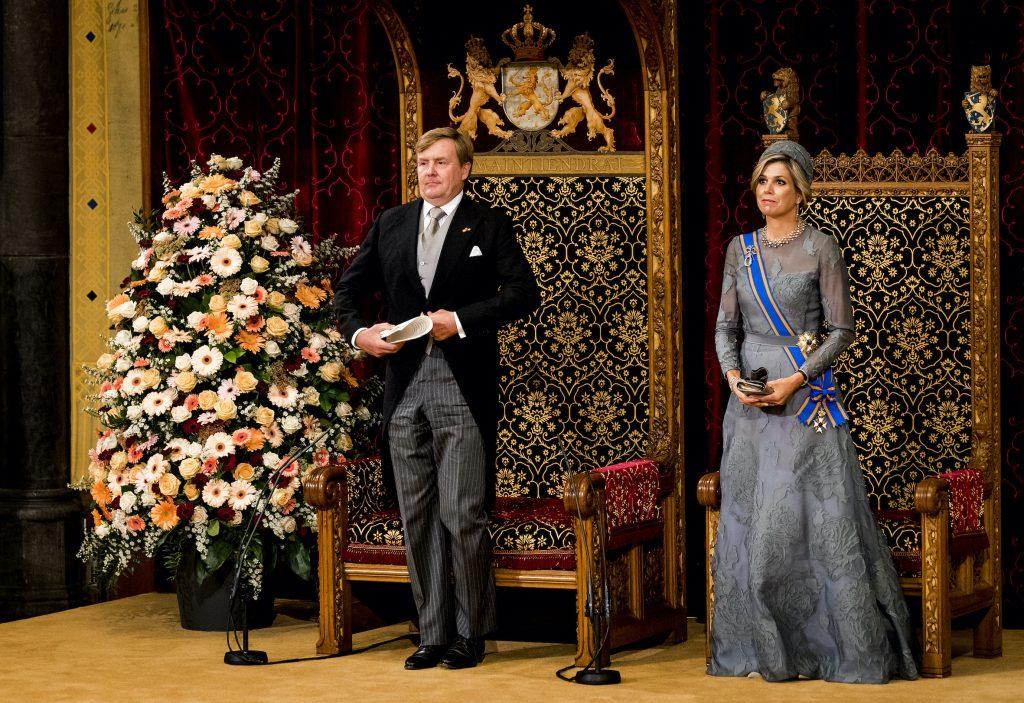 DEN HAAG - Koning Willem-Alexander leest, met aan zijn zijde koningin Maxima, de troonrede voor op Prinsjesdag aan leden van de Eerste en Tweede Kamer in de Ridderzaal. ANP ROYAL IMAGES KOEN VAN WEEL