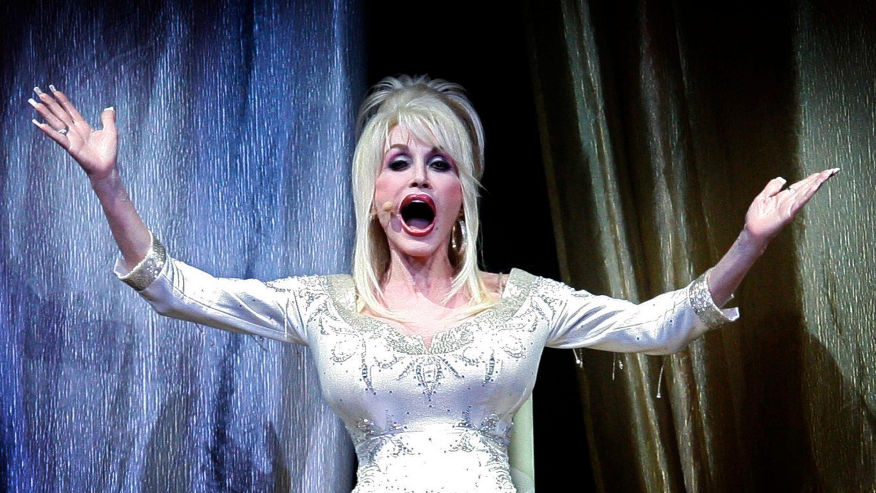 Warme nazomer? Dolly Parton is al volledig in de kerstsfeer