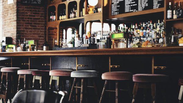 Cafébezoeker valt in slaap aan de bar en overlijdt, café moet dicht