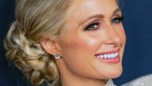 Paris Hilton heeft geen hoge, maar hele lage stem: 'Ik speel al die tijd een rol'
