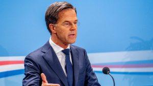 Mark Rutte heeft heldere boodschap aan voetbalsupporters: 'Gewoon je bek houden'