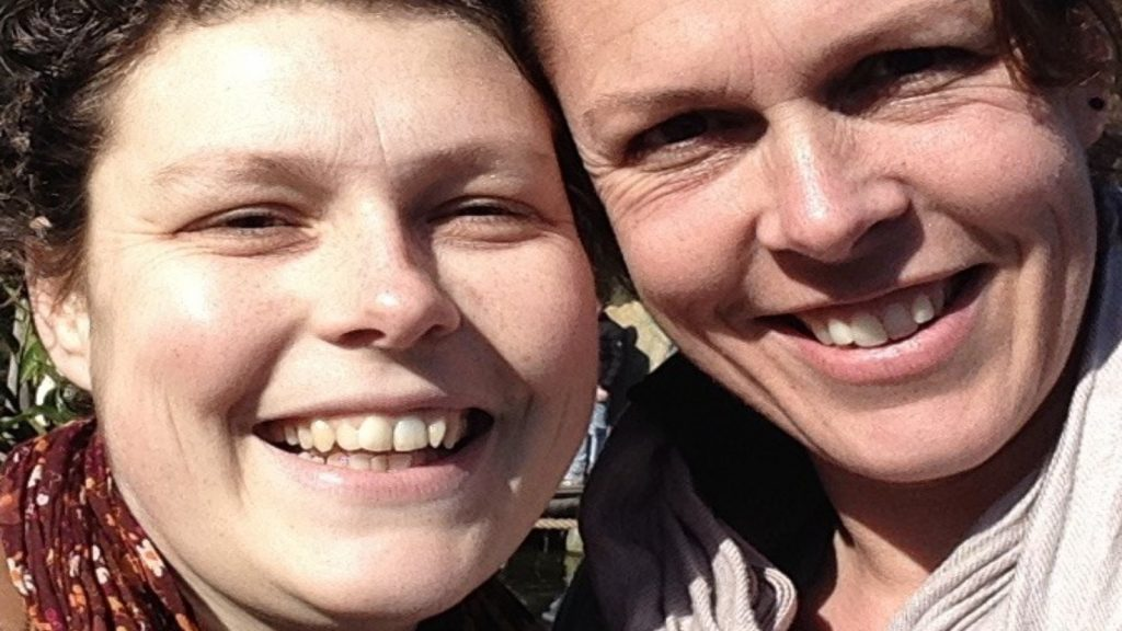 Cindy herdenkt haar zus Rianne: 'Niemand wil ouder worden, maar iedereen wil wél oud sterven'