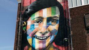 Thumbnail voor Jeugdvriendin Anne Frank (91) legt eerste steen voor omstreden Namenmonument