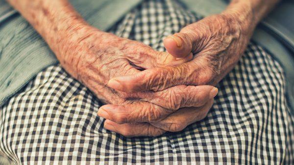 Politie trakteert eenzame vrouw (95) op patat en regelt nieuw onderkomen