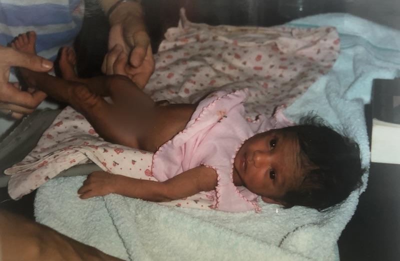 Dilani Butink bij adoptie in Sri Lanka