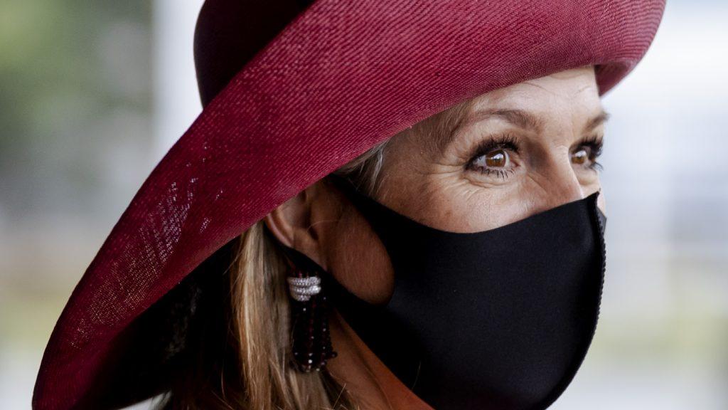 Koningin Máxima opent borstkankermaand, mét mondkapje op
