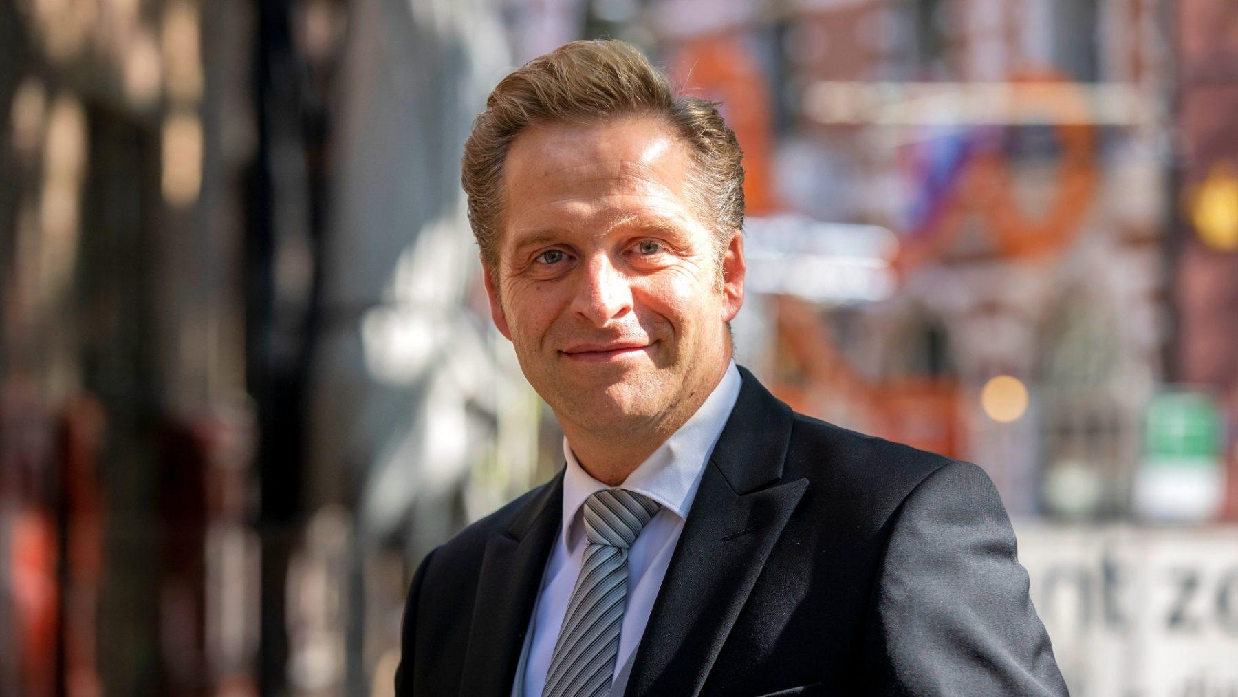 De chauffeur van minister Hugo de Jonge is jarig en daarom draait hij voor één keer de rollen om