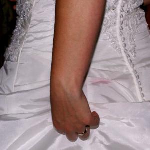 José over haar bruiloft 'Een wildvreemde op onze foto's én een grote vlek op mijn jurk'