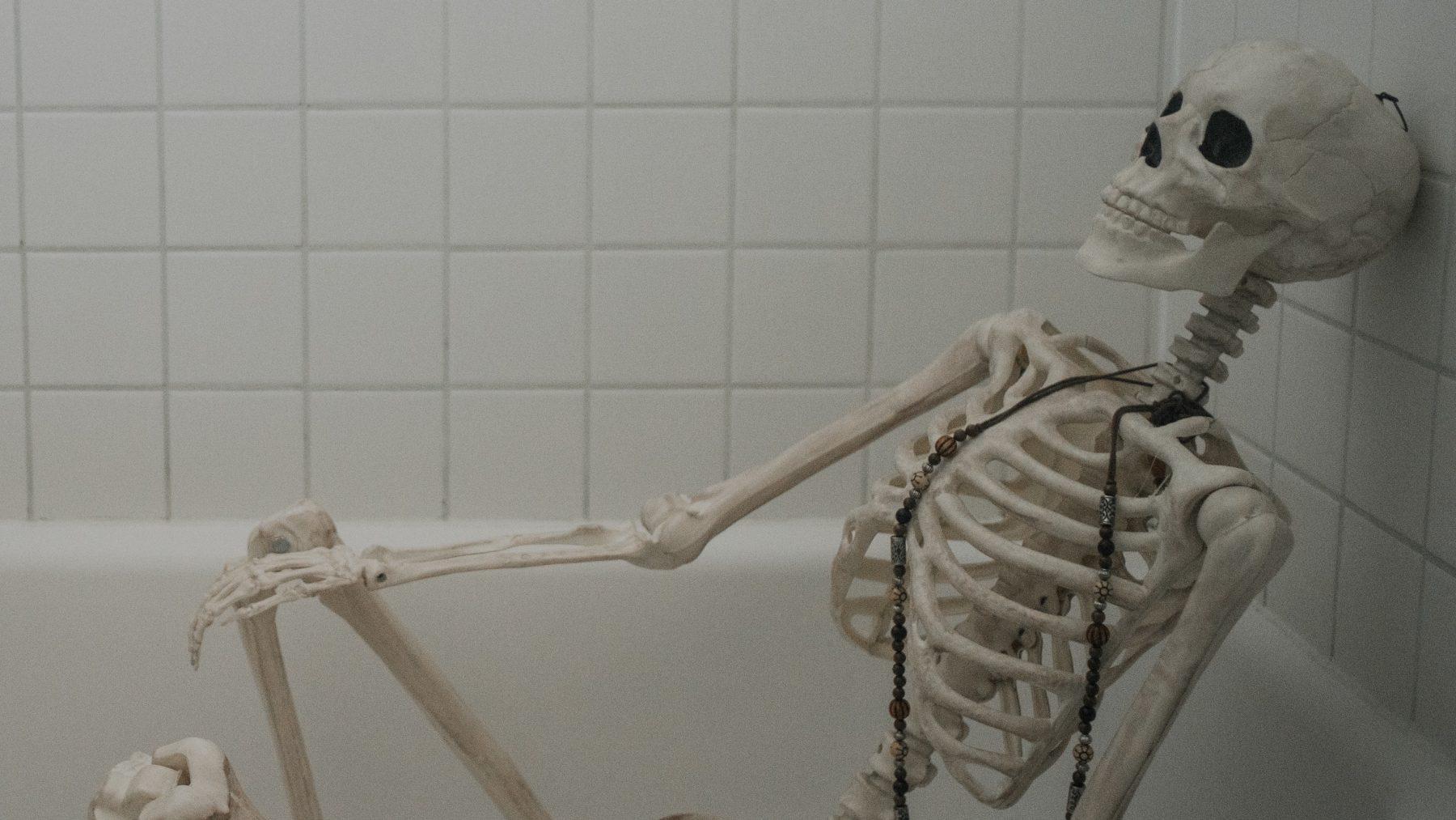 Makelaar Donna verkoopt 'Halloween-huizen' dankzij hilarische skeletten van 3 meter