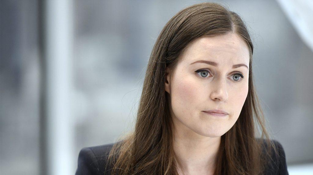 Finse Premier poseert volgens critici 'te naakt', vrouwen springen op de bres met hashtag