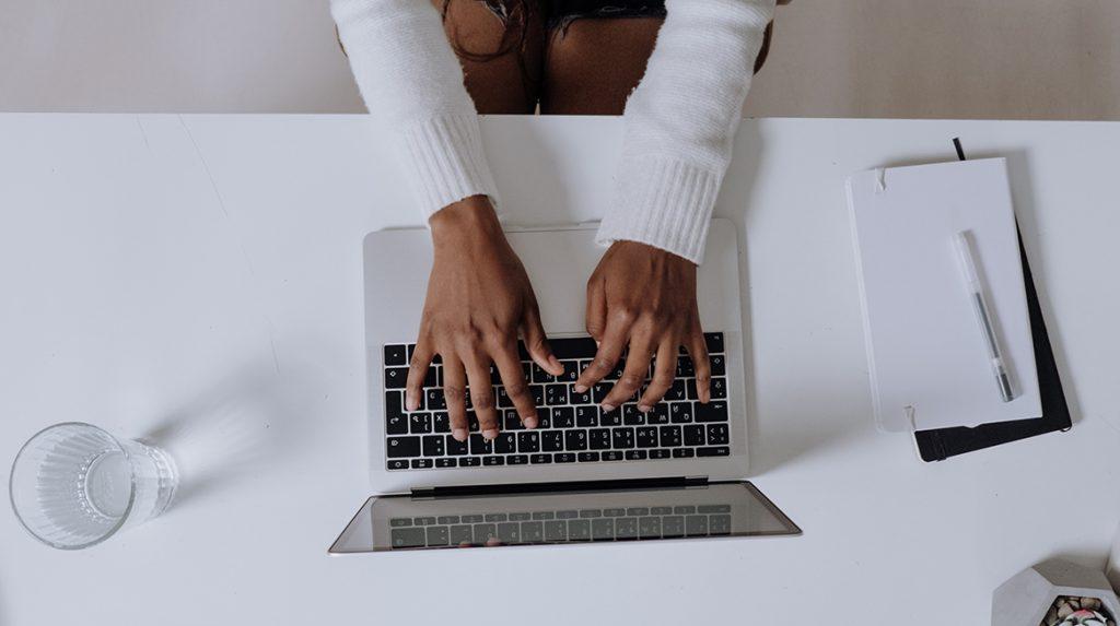 Lullig- bekende Amerikaanse commentator betrapt op masturberen tijdens videocall