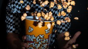 Thumbnail voor Gordijnen dicht en kaarsjes aan: 8 x Halloweenfilms om bij weg te griezelen