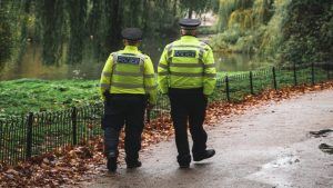 Britse moeder en zoon zitten wekenlang dood op de bank