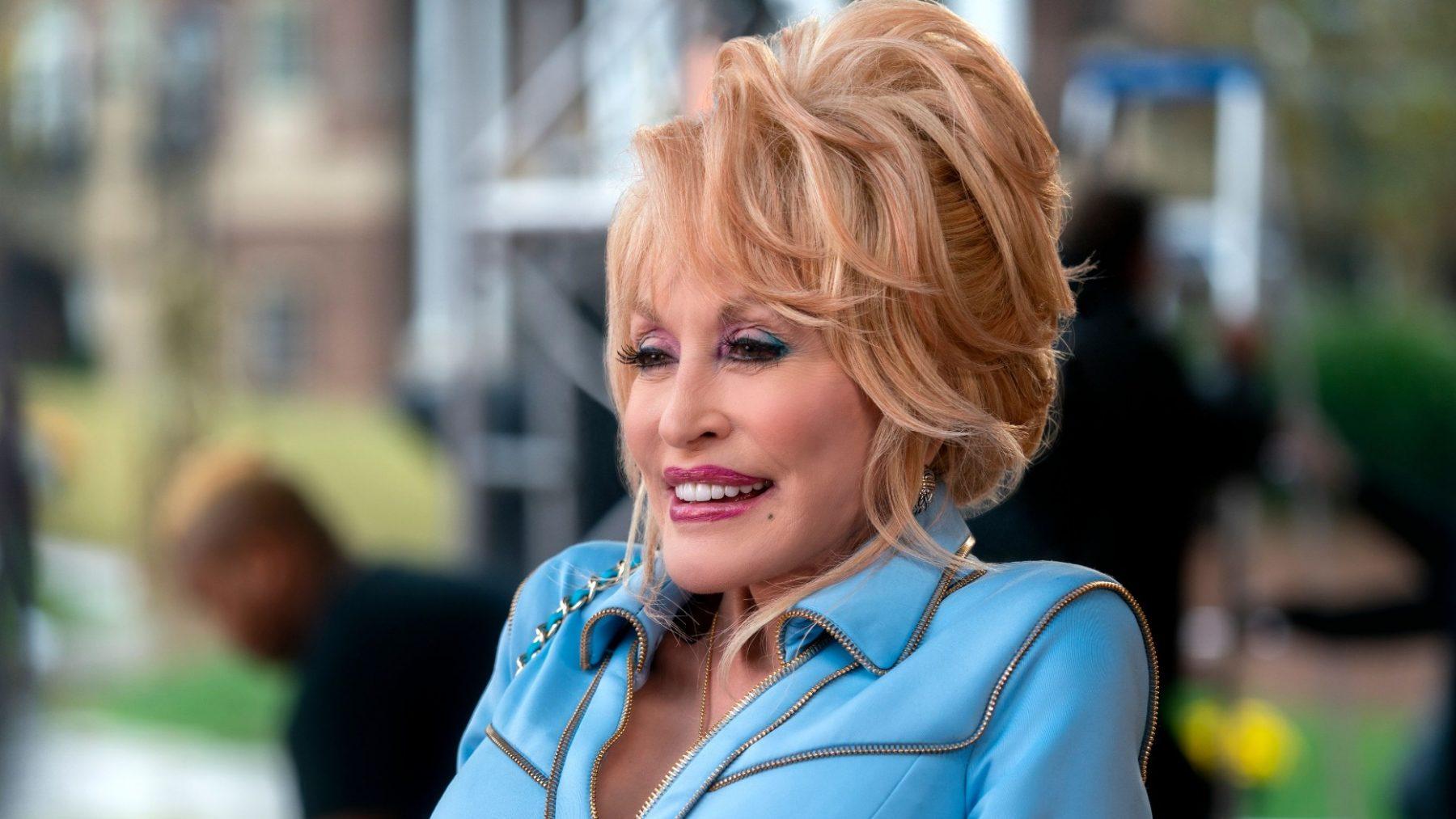 Dolly Parton bewijst dat ze een 'self made woman' is (en over zelfspot beschikt)