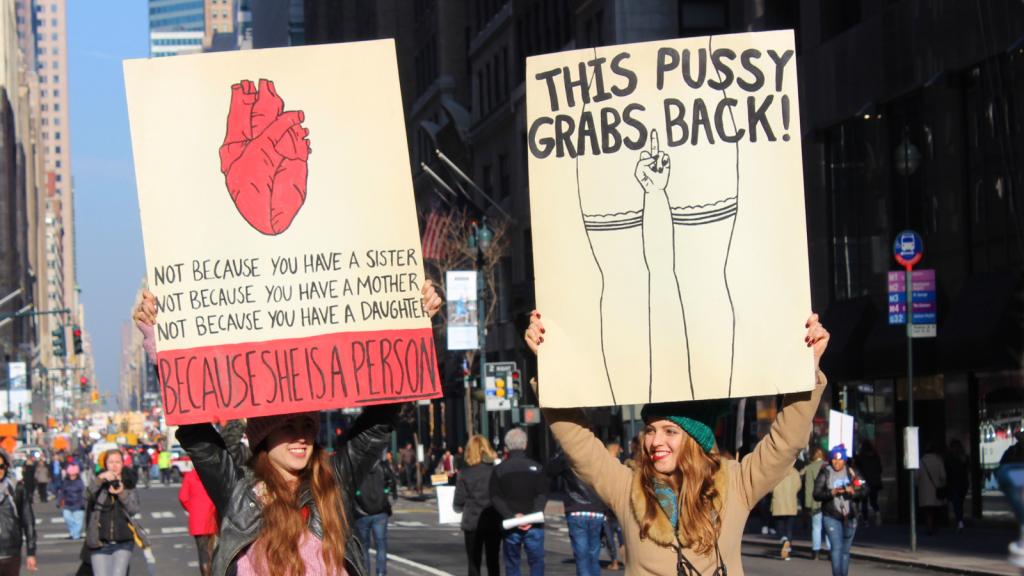Vrouwen met protestborden voor gelijkheid.