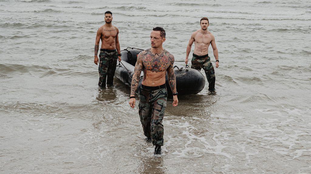 Sixpacks en uniformen: Korps Mariniers lanceert nóg een sexy kalender