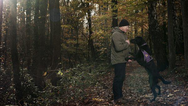 Richard (58) heeft PTSS: 'Voor de komst van mijn hond, leefde ik in een isolement'