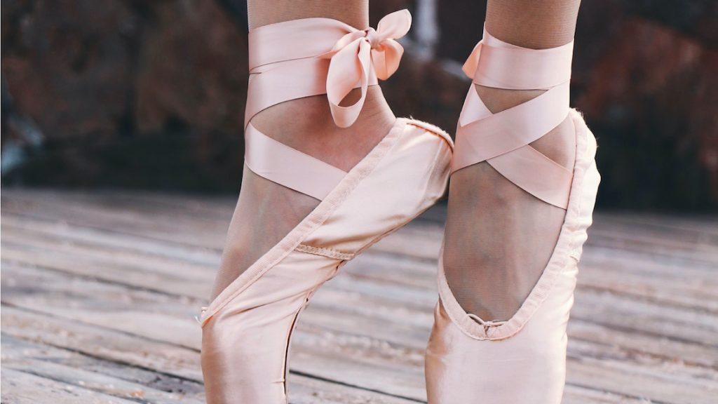 Oud prima ballerina met Alzheimer hoort het zwanenmeer, en alles komt terug