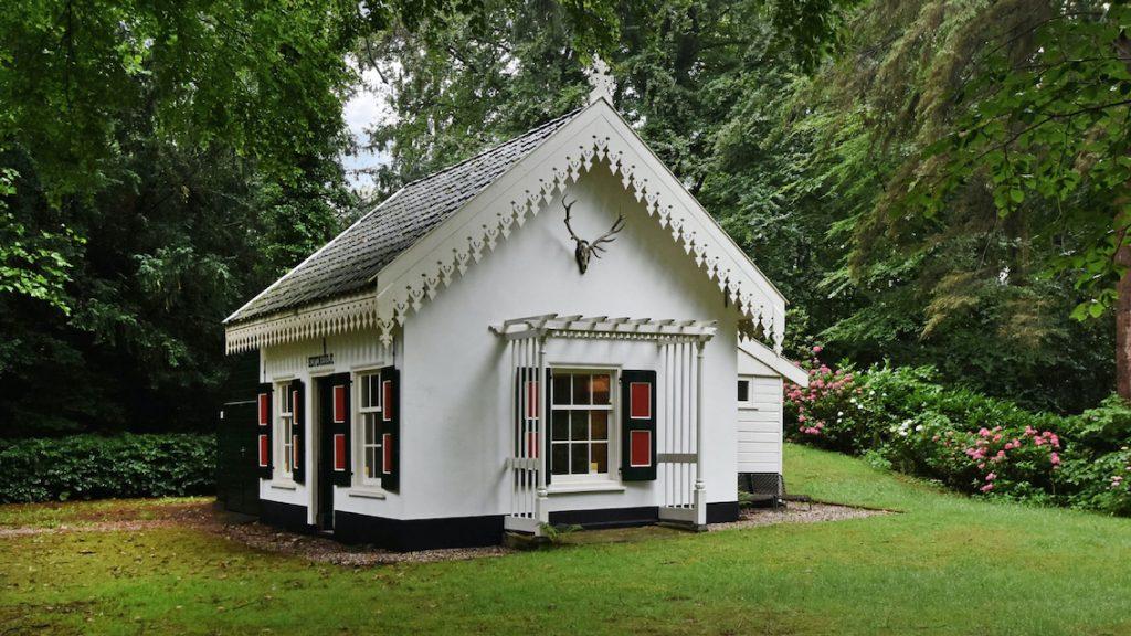 Bieden maar_ koddig huisje voor 'spotprijs' op enorm landgoed in Wassenaar