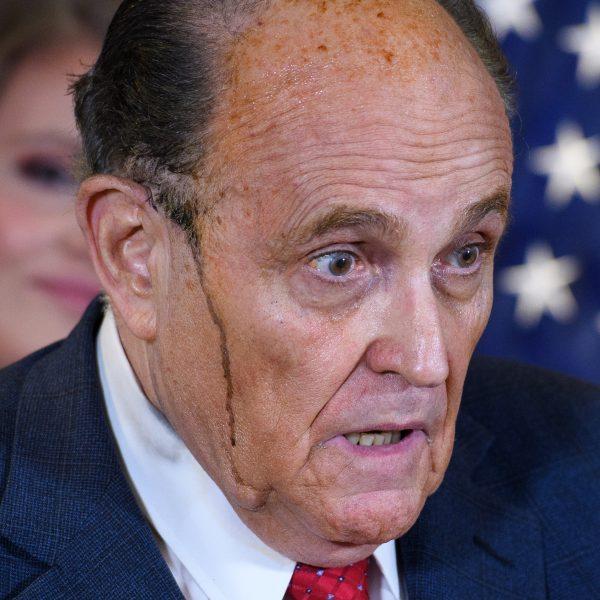 Rudy Giuliani persconferentie zweet haarverf