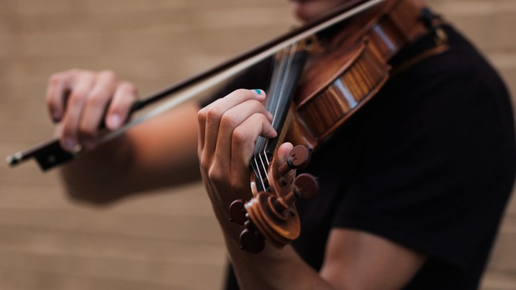 Coronapatiënt die niet kan praten, bedankt verplegers met vioolspel