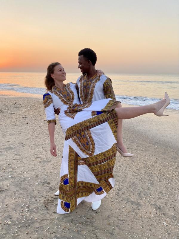 Ezy (30) trouwde deze maand in Gambia zonder haar familie: 'alles is last-minute geregeld'
