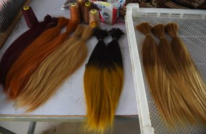 Aziatisch mensenhaar is populair, omdat het dik, sterk en steil is. Het wordt in elke kleur geverfd, dus ook blond haar kan Aziatisch zijn.