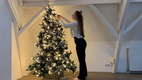 Rowan freubelde haar eigen kerstversiering in elkaar: 'Jongens, wat een genót is dit'