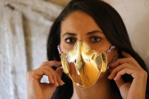 Turkse edelsmid maakt mondkapjes van zilver en goud