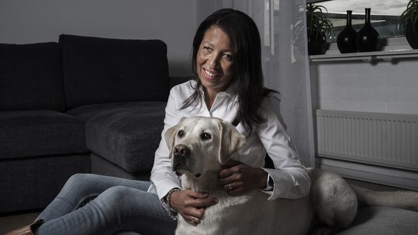 Nathalie (52) én haar tweeling worden blind: 'Onze geleidehond biedt de kinderen hoop'