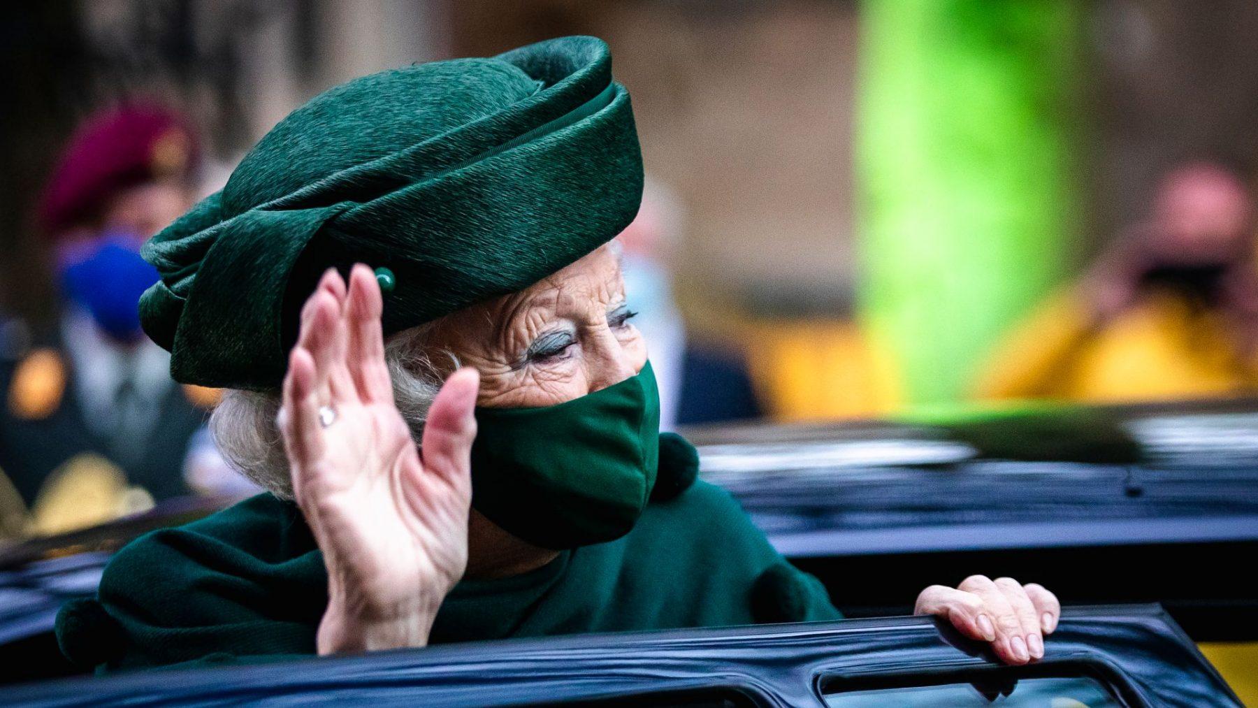 Beatrix brengt eerste publieke bezoek sinds zomer in stijlvol tenue met bijpassend mondmasker