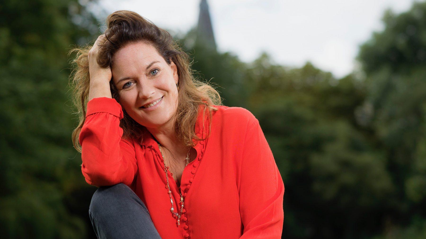 Maike Meijer beschrijft de overgang eerlijk en schaamteloos: 'Ze noemen me 'polder Bridget Jones''
