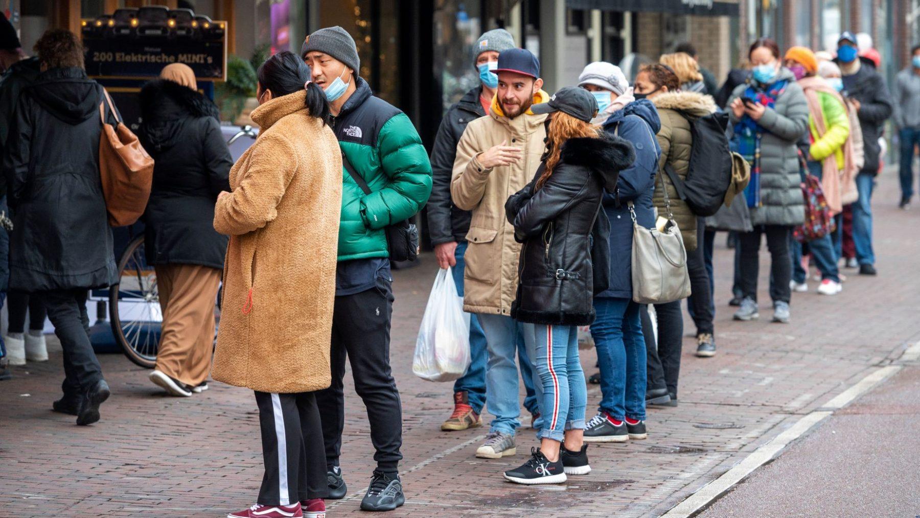 Sluiting winkels vanwege corona zorgt voor drukte en meterslange rijen in winkelstraten