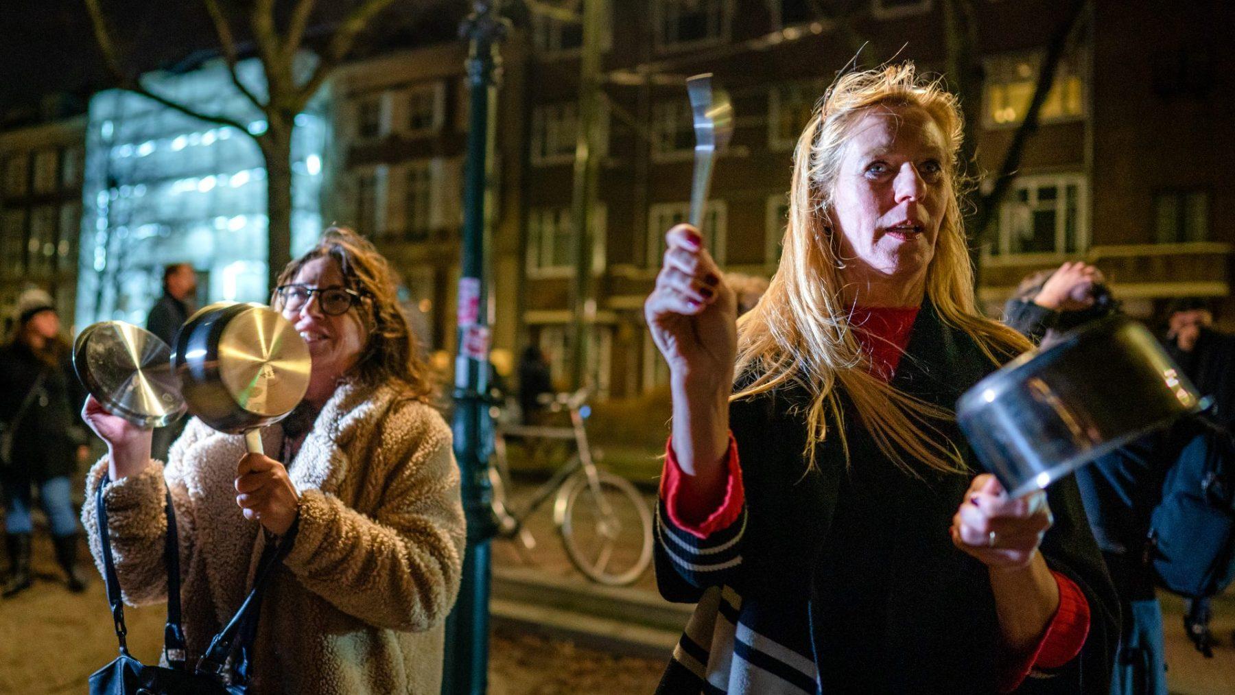 Kijkers van toespraak Rutten vallen over demonstranten: 'Kan iemand die verdwaalde scheidsrechters weghalen?'