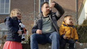 Thumbnail voor Willem verloor zijn kinderen (5 en 3) bij een ongeluk: 'Ik draag ze altijd bij me'