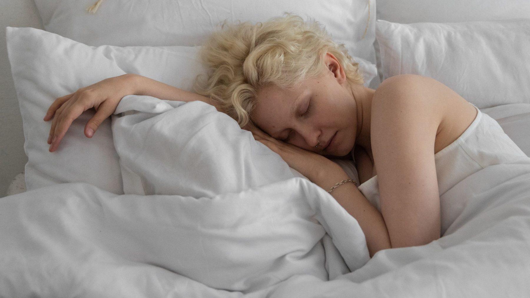 Neurowetenschapper Els van der Helm legt uit waarom langer uitslapen door thuiswerken goed is