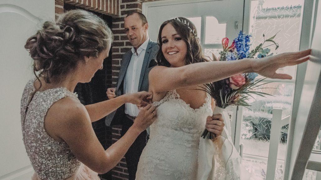 Foutje, bedankt: Esther scheurde op haar trouwdag uit de jurk