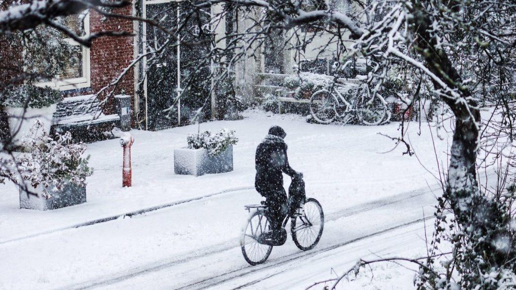 weekend sneeuw nederland glad code geel knmi