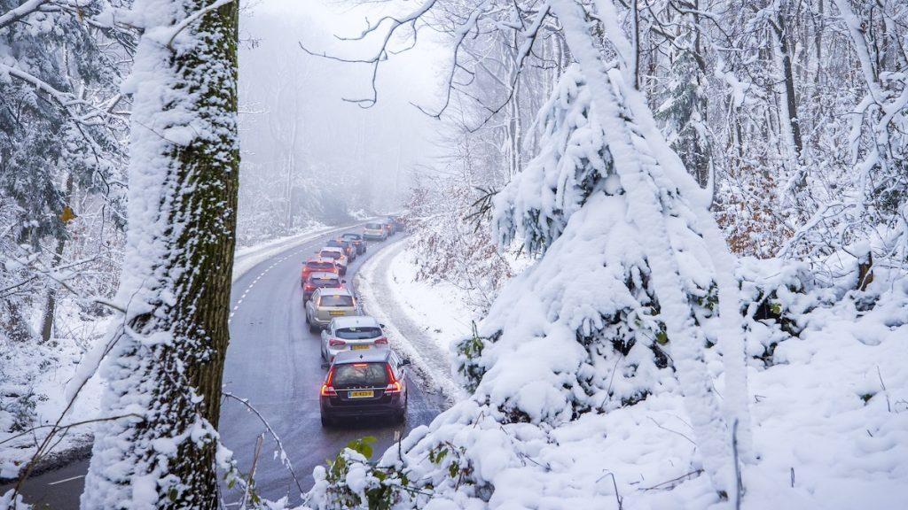 Sneeuw zorgt zaterdag voor gladheid, Rijkswaterstaat waarschuwt weggebruikers
